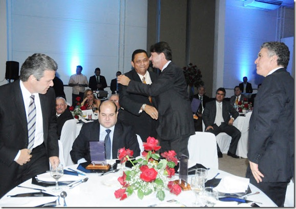edilson sendo cumprimentado pelo gov. Cid Gomes
